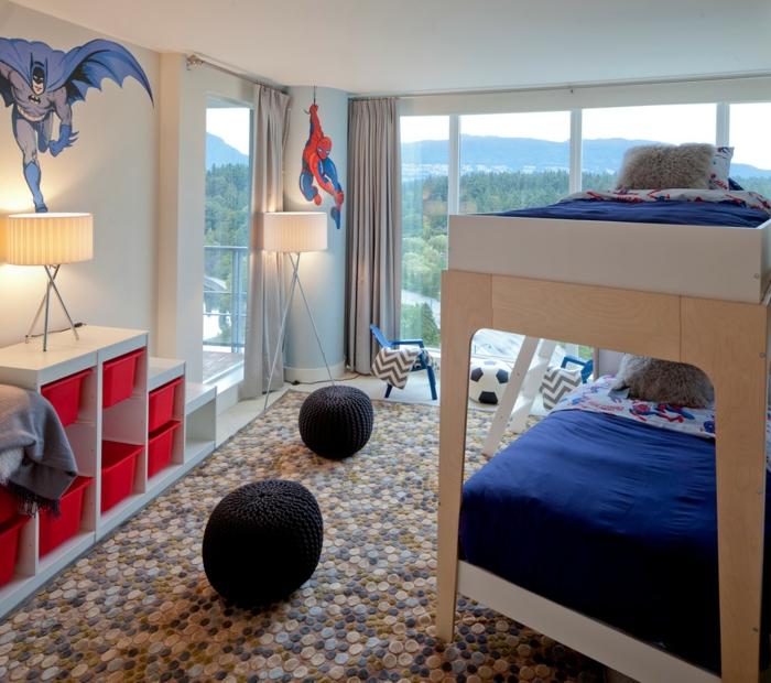 tabourets noirs, tapis galets, lit mezzanine, dessin mural batman, étagère autoportante et fenêtres du sol au plafond