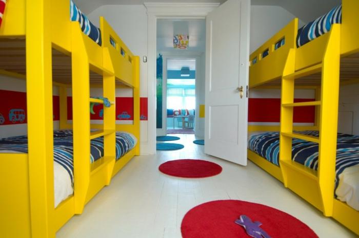 lits mezzanine jaunes, petits tapis rouges, sol blanc, idee deco chambre garcon