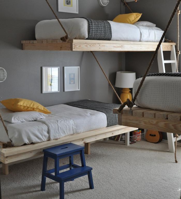 chambre grise avec des lits suspendus originaux, tapis blanc, peinture chambre enfant anthracite