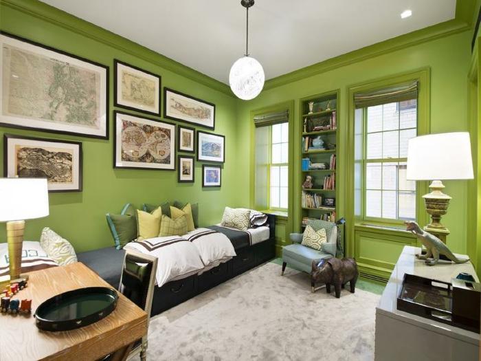 idee deco chambre garcon, tapis gris, petit bureau en bois, peinture murale verte