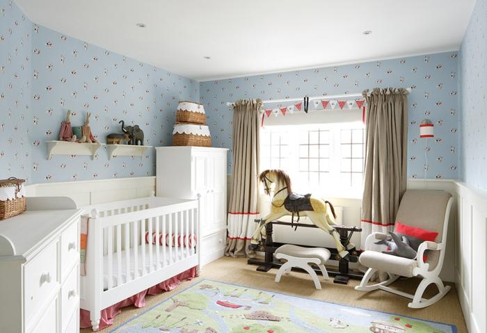 petites étagères murales blanches, lit bébé blanc, tapis joyeux, fauteuil berçant, rideaux taupe