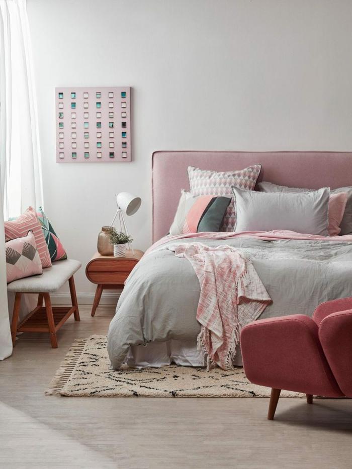 tapis berbère, lit gris et rose, fauteuil rose, chevet en bois, tête de lit rose en tissu, peinture chambre adulte gris pâle