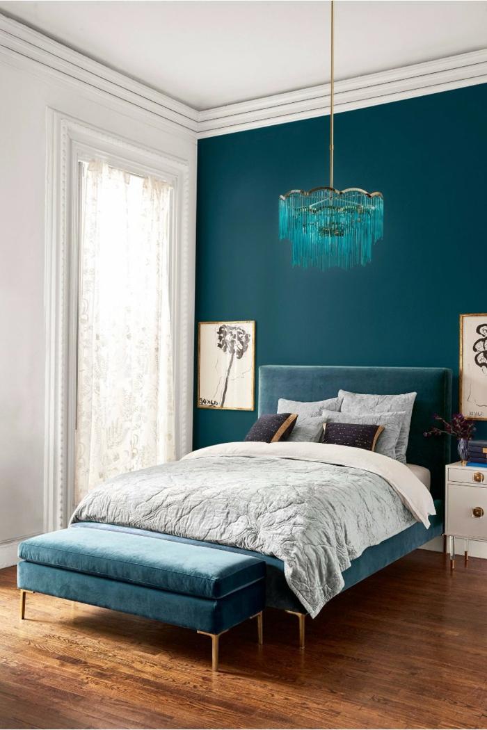 peinture chambre adulte bleue, plafonnier bleu au-dessus du lit, lit bleu et gris, banquette de lit veloutée, chevets blancs