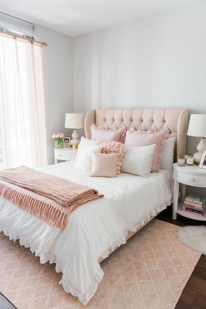 peinture chambre adulte moderne, plaid de lit rose, coussins roses, tête de lit capitonnée, tapis rose géométrique