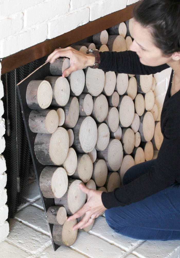 manteau de cheminée briques blanches, déco avec des troncs de bois à installer soi-même