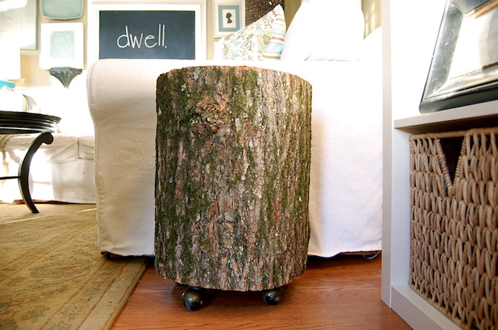 petite table basse en rondin de bois naturel avec roulettes pour déco salon rustique