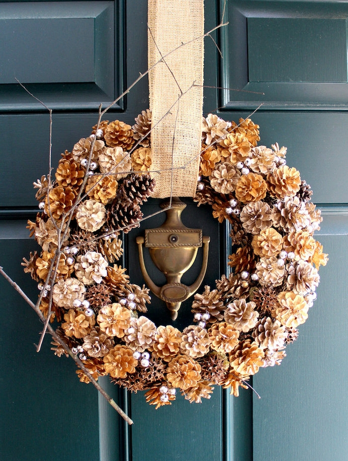 deco de porte en couronne de pommes de pin naturelles et pommes de pin avec de la peinture or et argent et des perles argent, suspension bande de jute