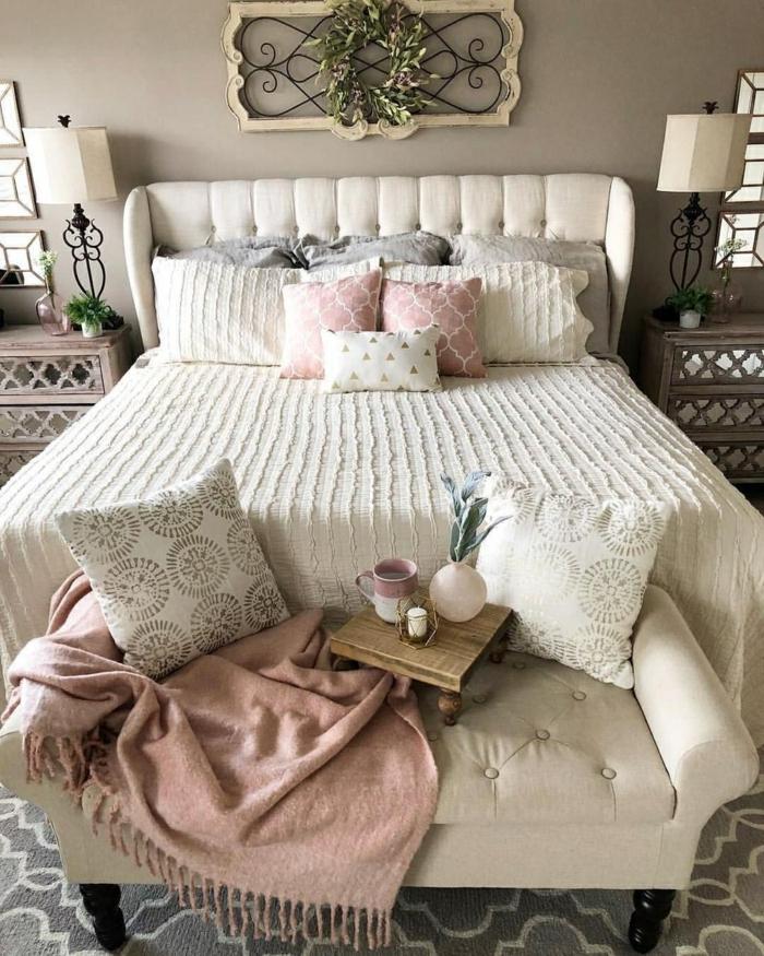 deco chambre moderne, décoration de chambre en gris et blanc, coussins en couleurs claires, chevets vintage