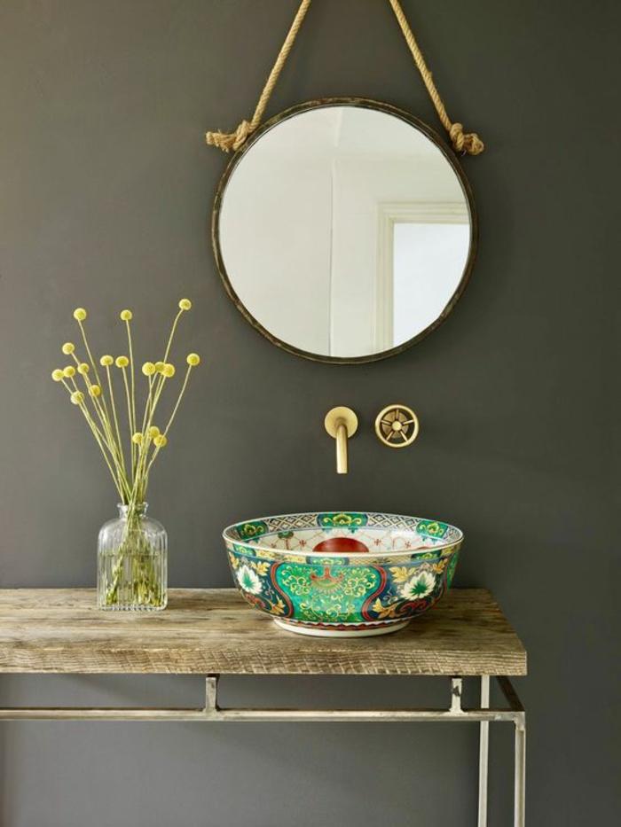 salle de bain 5m2, déco salle de bain zen, miroir rond suspendu sur une corde type marin, meuble lavabo bois et métal, sans ornements, lavabo rond décoré avec des motifs asiatiques