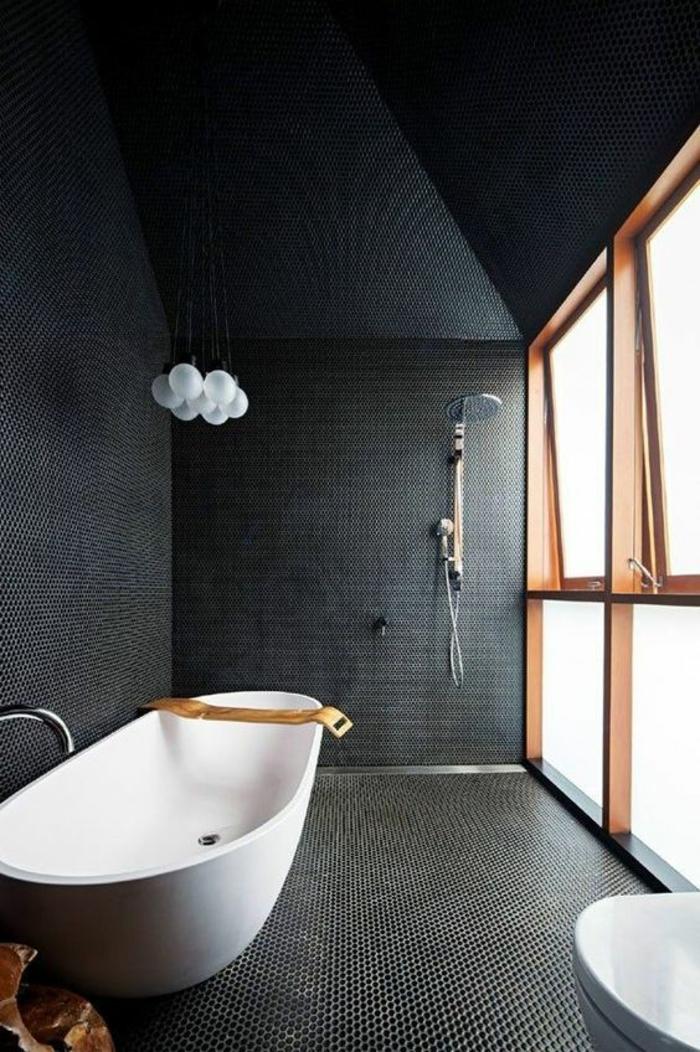 salle de bain 4m2, petite salle de bain avec baignoire, modele carrelage salle de bain, baignoire ovale, murs et plafond noirs, lavabo blanc