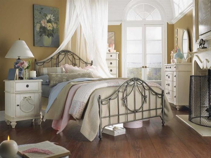 deco chambre cocooning, peinture murale couleur jaune de vert, linge de lit bleu, vert et rose, parquet bois foncé, meubles vintage blancs, tableau peinture bouquet de fleurs