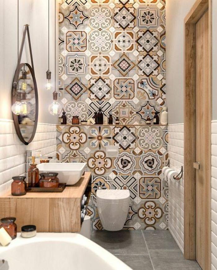 petite salle de bain avec baignoire, salle de bain 5m2, carrelage mural en marron, beige et blanc, effet mosaïque, carrelage du sol en gris perle