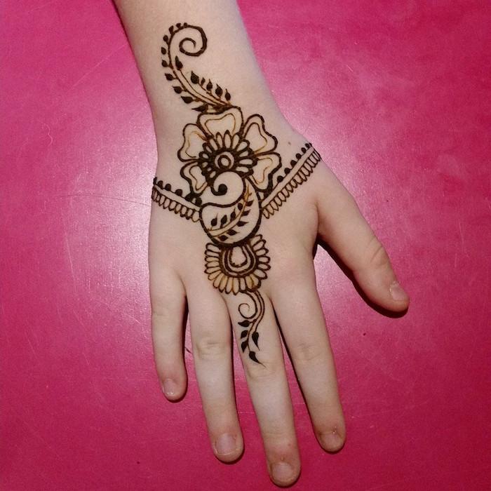 exemple de petit motif au henné dessin de fleurs sur le haut de la main