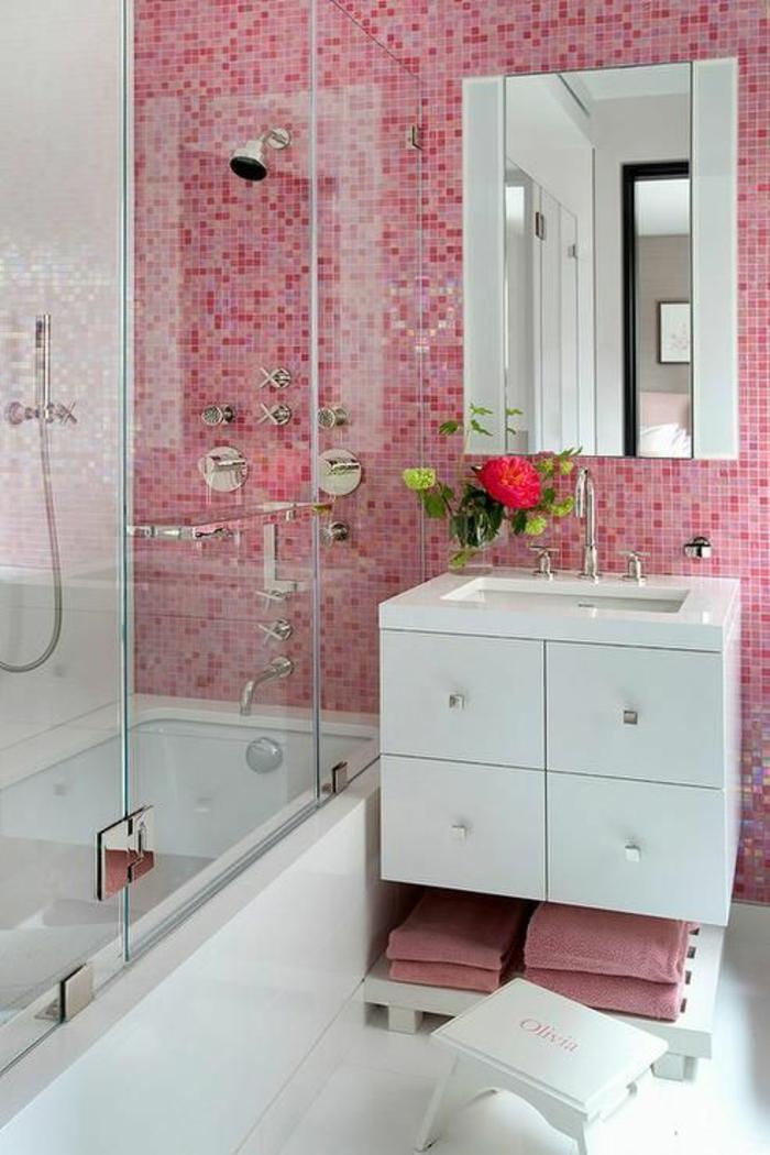 salle de bain 5m2, carrelage rose, miroir rectangulaire, carrelage blanc brillant, douche italienne avec base blanche, meuble suspendu blanc avec quatre poignées en métal couleur argent