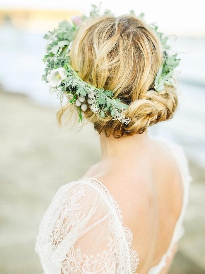 Coiffure mariage invitée ou la mariée, inspiration coiffure mariage boheme au bord de la mer, femme avec couronne de fleurs