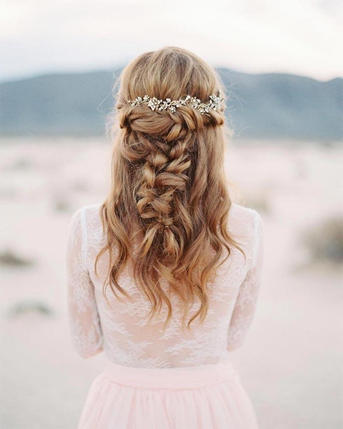 Idée coiffure cheveux long, simple et romantique coiffure mariage boheme, cool idée pour la mariee, accessoires de cheveux pour mariage
