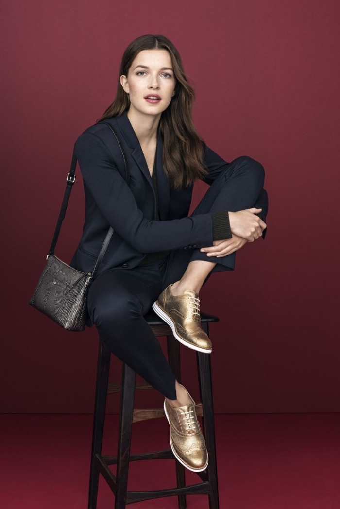 avec quoi porter des derbies dorées, exemple tenue professionnelle en blazer et pantalon noirs combinée avec chaussures dorées derby