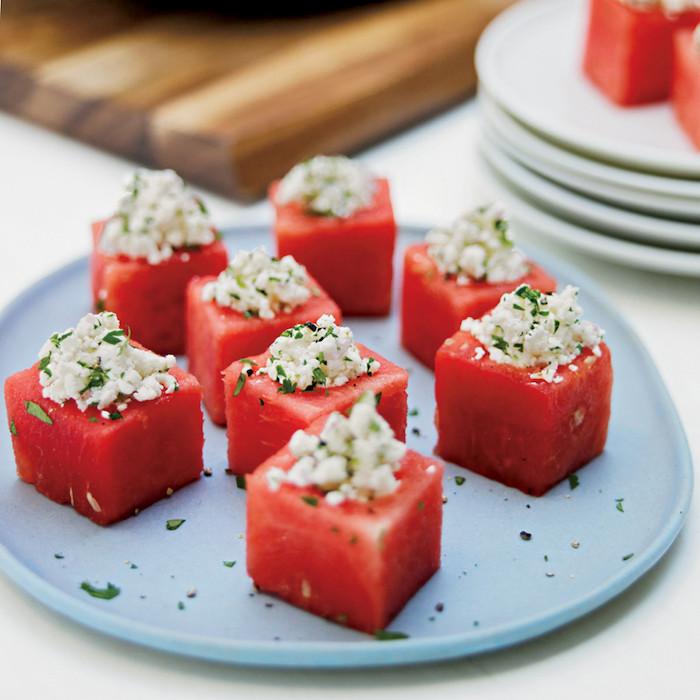 idee apero dinatoire simple avec des cubes de pastèque du fromage feta et des feuilles de basilc émincées dessus
