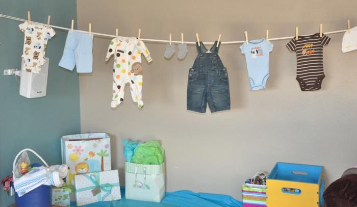 box femme enceinte , deco baby shower garcon, idée cadeau femme enceinte, camisoles et jeans, mur couleur ivoire et mur vert pétrole