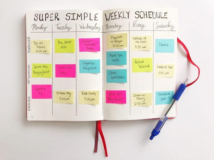 décoration carnet personnalisé avec des post it colorés pur chaque jour de la semaine, bricolage simple et rapide