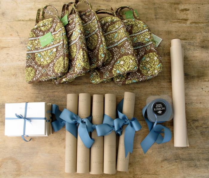 box femme enceinte, cadeau baby shower, cadeau future maman, des petites sacoches en tissu vert et marron