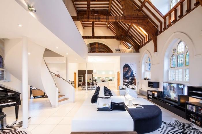 exemple de déco moderne en blanc avec finitions bois et noir, modèle de plafond original en poutres exposées de bois exotique