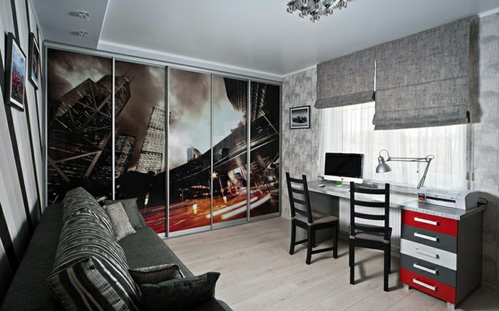 grand poster dans une chambre gris et blanc, sofa gris anthracite, bureau long, lampe de bureau industrielle