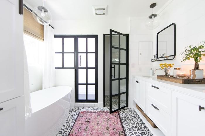 revêtement de sol en carreaux de ciment salle de bain scandinave qui dynamise l'ambiance épurée tout en s'harmonisant avec les accents noirs