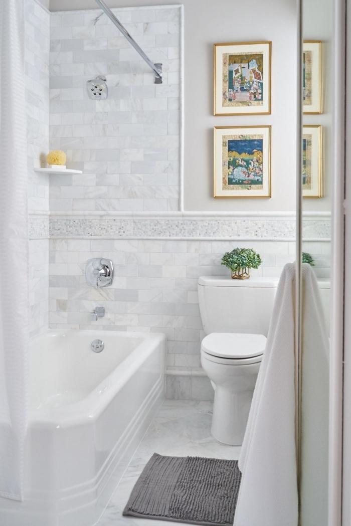 amenagement petite salle de bain 4m2 avec baignoire douche, idée décoration murale avec cadres photos dorés
