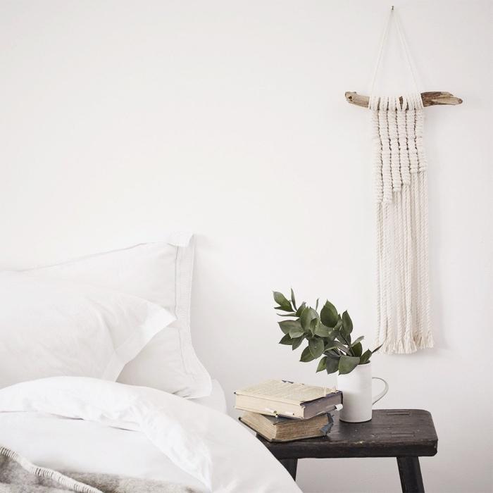 idée comment décorer une chambre à coucher en style minimaliste avec meubles de bois et déco murale en macramé DIY