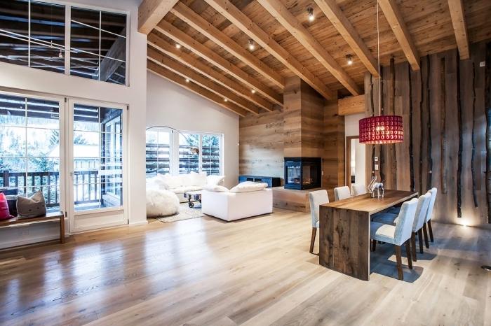 déco moderne et luxueuse avec éclairage tendance et finitions en bois laqué, modèle de plafond rustique avec poutres de bois apparentes