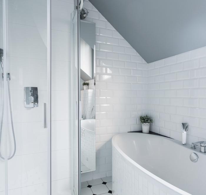 idée comment aménager une salle de bain sous comble aux murs en carrelage design briques blanches avec plafond gris clair