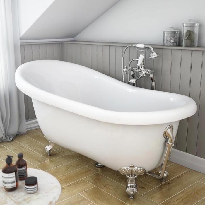 modèle de salle de bain sous pente aux murs blancs avec plancher en dalles design bois, exemple baignoire îlot