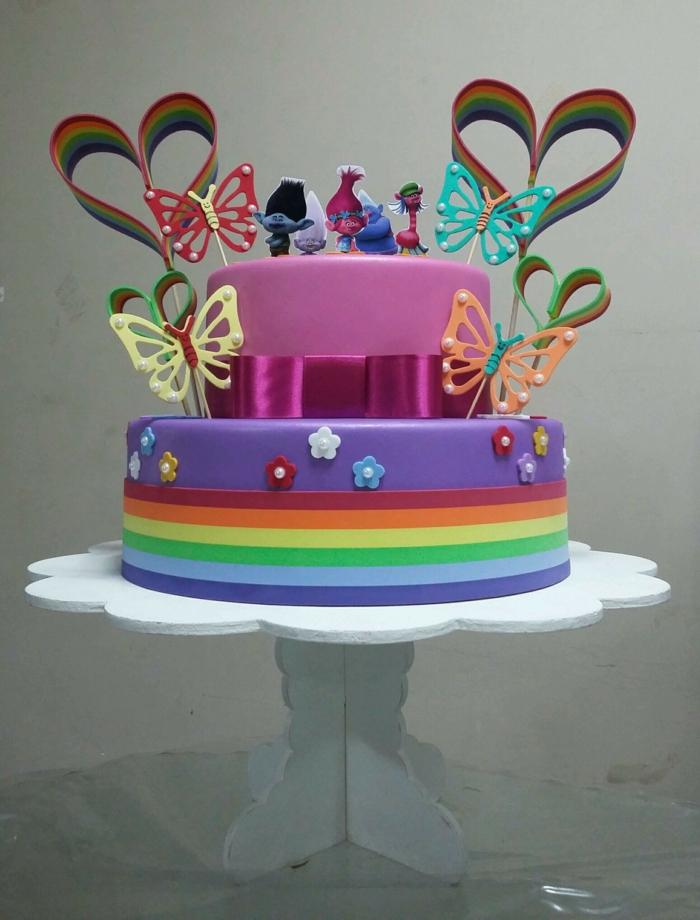 gateau piece montee, dessert de deux étages, coeurs, papillons, figurines de héros amusants