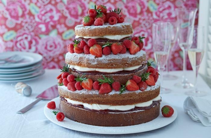cake fait maison, pièce montée avec crème vanille et fraises, papier peint rose floral