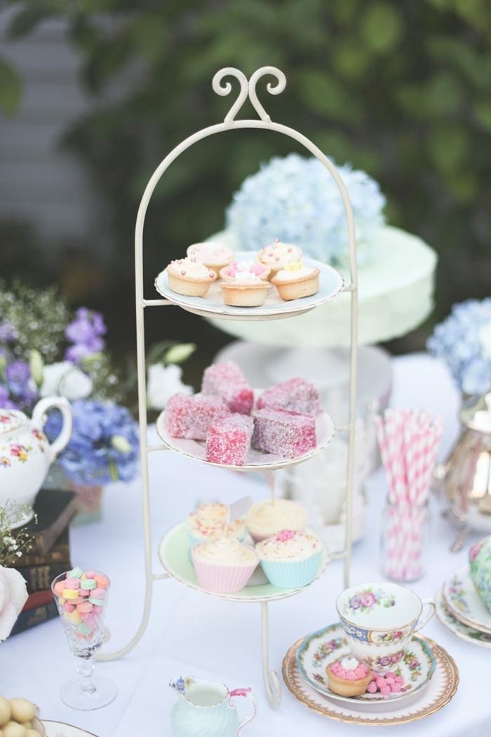 dessert élégant sur présentoir gâteaux blanc, trois plateaux, arrangement de table joli