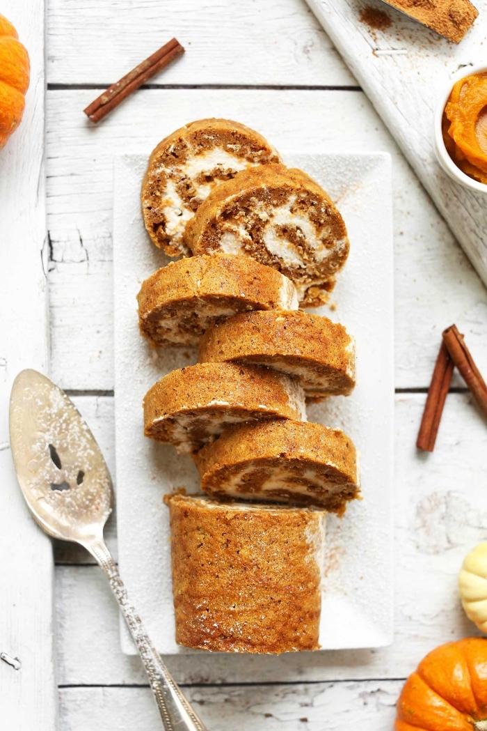 idée de gateau a la citrouille épicé pour les fêtes de fin d'année, recette de gâteau roulé à la courge, cannelle et crème de coco vegan