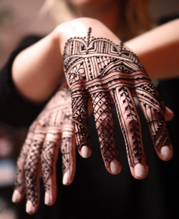 mains recouvertes de henné avec motif style dentelles lignes fines et détaillées