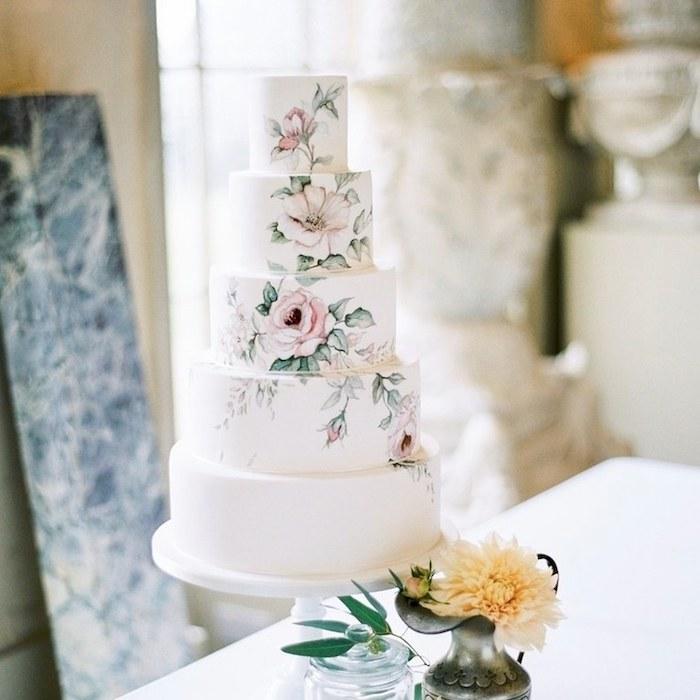 Idée gateau lux à pâte à sucre blanche avec dessin magnifique de fleurs réalistiques, gateau wedding cake, pièce montée mariage choux, choix simple de gateau blanc