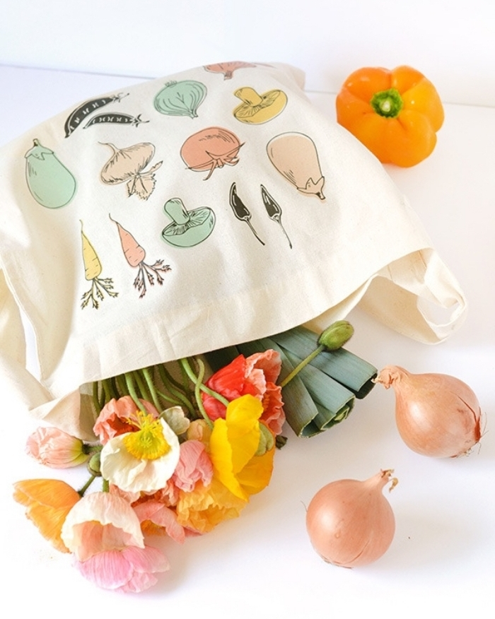 petit sac cabas avec déco en dessin légumes réalisés avec pochoirs et peintures pour textile nuances pastel, activité manuelle maternelle