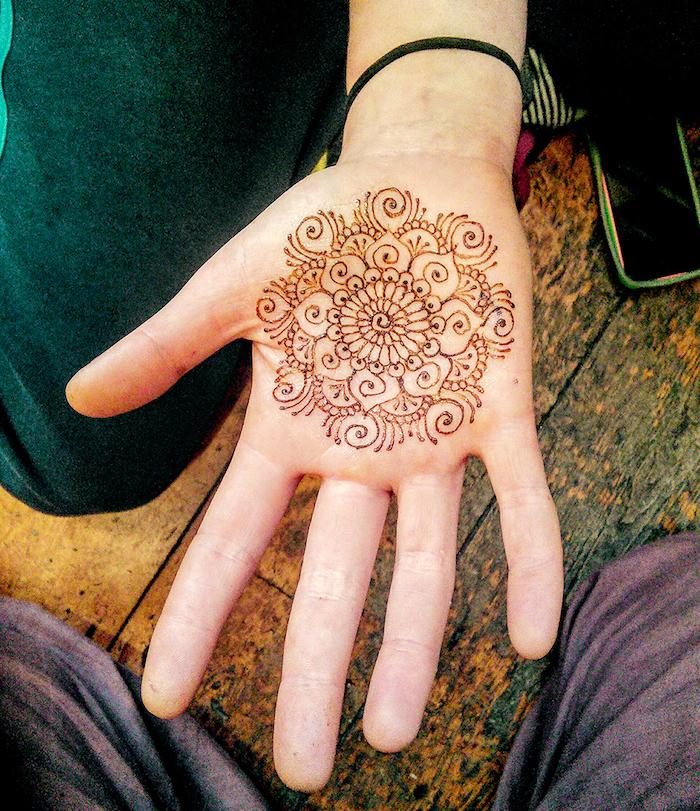 dessin de henné sur le dessous de la main et fines lignes sur la paume