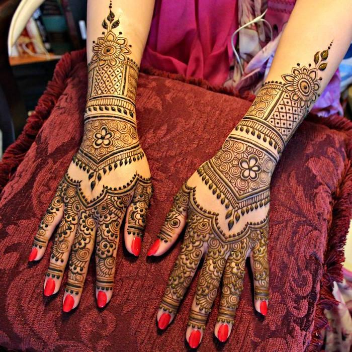 dessin de henné sur avant bras poignet et doigts en détails style dentelle
