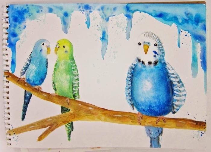 peinture facile de trois perroquets perchés sur une branche, peints sur un fond vide avec des tâches de peinture bleu en haut du papier