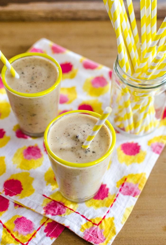 milkshake cacao servi dans des verres abordés de jaune, sous verre tissu, paille jaune et blanc