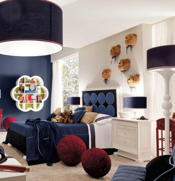 chambre enfant garcon, tabourets rouges, lit bleu, grand plafonnier, têtes d'oursons en peluche
