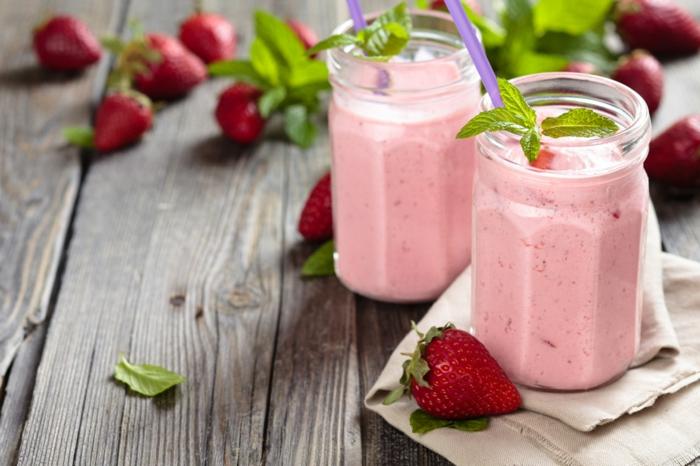 recette de milkshake facile, lait, glace, fraises, feuilles de menthe, planches de bois, pots milkshake