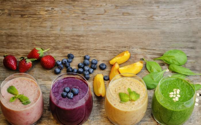 smoothie banane et myrtilles, fraises ou épinards, jolies boissons en couleurs vives