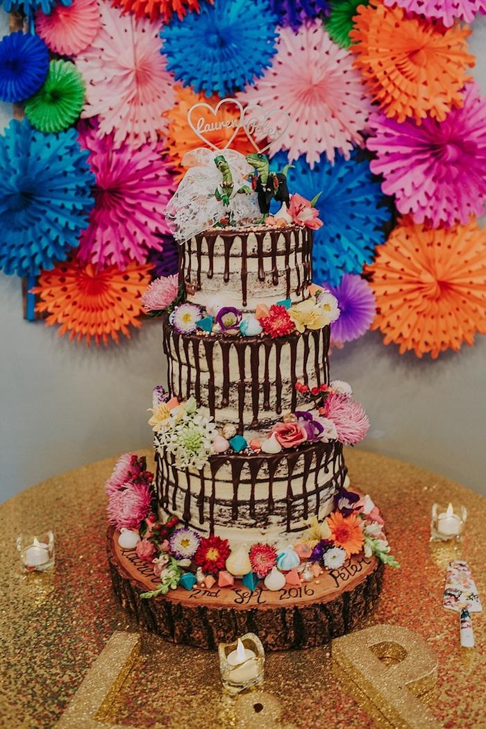 Choisir le top du gateau de mariage, original wedding cake mariage beau gateau, figurines de dinosaures mariés, originale idée de gâteau de mariage amusant
