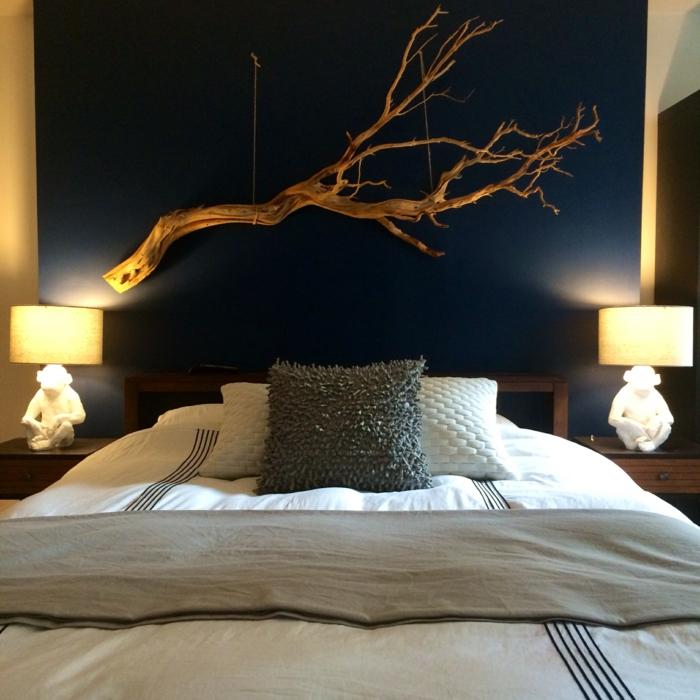 décorer sa chambre avec matériaux naturels, lit bas, mur noir et branche de bois flotté