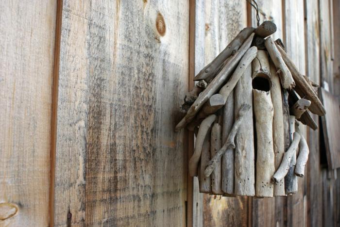 niche à oiseaux, fabrication d'objets en bois flotté, suspendre une maisonnette à oiseaux